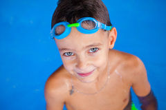 Boy in Zwembad Stock Foto