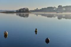 Boya de amarre en un lago foto de archivo