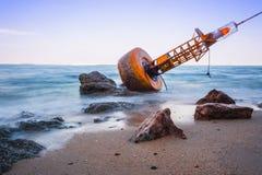 Boya de la navegación encallado en la playa fotografía de archivo