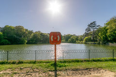 Boya de vida en el lago urbano del parque fotografía de archivo