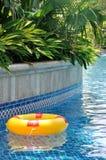 Boya de vida que flota en piscina Imagenes de archivo