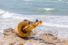 Boya inusitada del mar del daño abandonada Imagenes de archivo