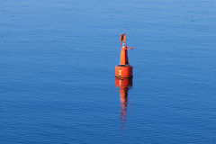 Boya moderna roja de la navegación en el agua inmóvil Imagen de archivo