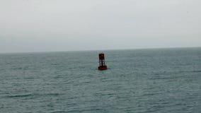 Boya roja en el cielo del revestimiento de California de la bahía de Monterey almacen de video