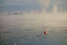 Boya roja en el mar Báltico de congelación en Helsinki, Finlandia Foto de archivo libre de regalías