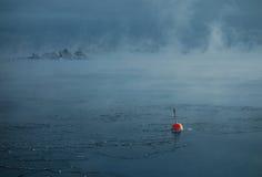 Boya roja en el mar Báltico de congelación en Helsinki, Finlandia Imagen de archivo libre de regalías