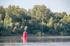 Boya roja en el río reservado el día de verano Foto de archivo