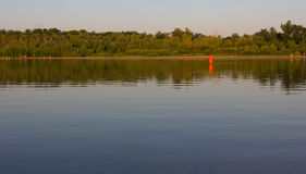 Boya roja en un agua lisa Fotos de archivo