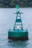 Boya verde de la etiqueta de plástico en el mar Fotografía de archivo libre de regalías