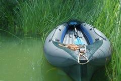 Boyard gonflable est approché par des banques sur la rivière image stock