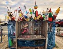 Boyas coloridas de la langosta cerca de la costa nacional de Cape Cod foto de archivo libre de regalías