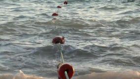 Boyas de la cuerda en las ondas almacen de video