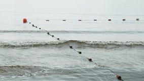 Boyas separadas en el agua en el río para una nadada segura en la playa almacen de video