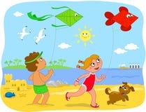 BoyBoy und Mädchen, die mit Drachen am Strand spielen Lizenzfreie Stockfotografie