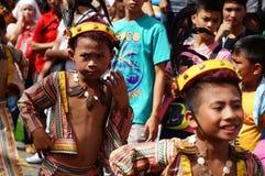 Boyl狂欢节舞蹈家以各种各样的服装沿路跳舞 免版税库存图片