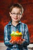Boyl con una cesta llena de huevos de Pascua Imágenes de archivo libres de regalías