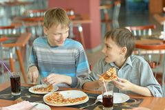 Boys eating pizza Royalty Free Stock Photos