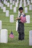 Boyscout coloca um de 85, 000 bandeiras no evento 2014 de Memorial Day, cemitério nacional dos E.U. de Los Angeles, Califórnia, E fotografia de stock royalty free