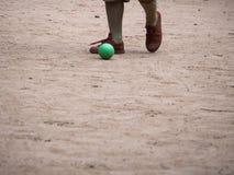 Boyscout que joga a bola verde pequena fotos de stock
