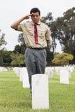 Boyscout que sauda em um de 85, 000 bandeiras no evento anual de Memorial Day, cemitério nacional dos E.U. de Los Angeles, Califó imagem de stock