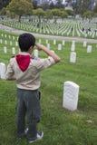 Boyscout sauda em um de 85, 000 bandeiras no evento 2014 de Memorial Day, cemitério nacional dos E.U. de Los Angeles, Califórnia, fotografia de stock royalty free