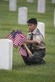 Boyscout umieszcza jeden 85, 000 USA flaga przy 2014 dni pamięci wydarzeniem, Los Angeles Krajowy cmentarz, Kalifornia, usa zdjęcia stock