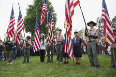 Boyscouts-Anzeige US-Flagge an ernstem Memorial Day -Ereignis 2014, Los Angeles-nationaler Friedhof, Kalifornien, USA Stockfotos