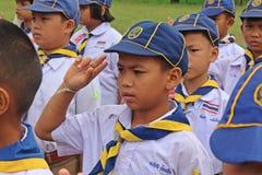 Boyscouts está fazendo a atividade no DIA TAILANDÊS de BOYSCOUT imagens de stock royalty free