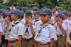 Boyscouts está fazendo a atividade no DIA TAILANDÊS de BOYSCOUT imagens de stock
