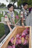 Boyscouts plaçant 85, 000 drapeaux des USA à l'événement annuel de Memorial Day, cimetière national de Los Angeles, la Californie photo stock