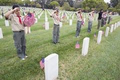Boyscouts que sauda em um de 85, 000 bandeiras no evento 2014 de Memorial Day, cemitério nacional dos E.U. de Los Angeles, Califó Imagens de Stock