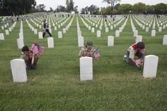 Boyscouts som förlägger en av 85, 000 USA-flaggor på den Memorial Day händelsen 2014, Los Angeles nationell kyrkogård, Kalifornie Arkivfoto