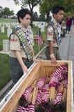 Boyscouts som förlägger 85, 000 USA-flaggor på den årliga Memorial Day händelsen, Los Angeles nationell kyrkogård, Kalifornien, U Arkivfoto