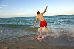 Boysurfing en la playa Imagen de archivo