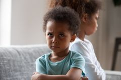 Boze Afrikaanse Amerikaan weinig beledigde jongen het negeren van zwarte zuster royalty-vrije stock afbeeldingen
