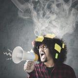 Boze Afro-mens die met megafoon gillen Stock Afbeeldingen
