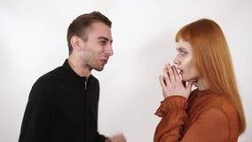 Boze agressieve mens die bij zijn mooi meisje met lang rood haar schreeuwen De vrouw sluit haar gezicht en oren, kan zij niet stock videobeelden