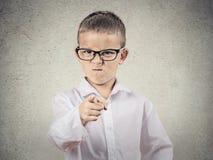 Boze bazige jongen die vinger richten op iemand stock afbeeldingen