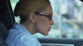 Boze bedrijfsdame berispende collega via cellphone, conflict op het werk, slechte dag stock video