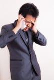 Boze bedrijfsmens die bij mobiele telefoon schreeuwen Stock Foto