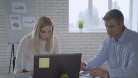 Boze bedrijfsvrouw die bij collega tijdens bureauvergadering gillen Sluit omhoog verstoorde vrouwen chef- schreeuwende partner stock videobeelden