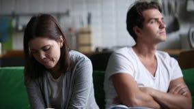 Boze beledigde die vrouw met koppige echtgenoot wordt gefrustreerd die bespreking vermijden stock videobeelden