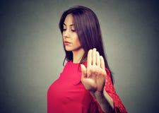 Boze beledigde jonge vrouw die bespreking geven aan handgebaar stock foto
