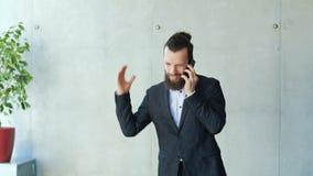Boze boos irriteert weg werkgever berispt telefoonprobleem stock videobeelden