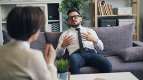 Boze CEO die aan adviseur spreken die gevoel en emoties in kliniek uitdrukken stock videobeelden