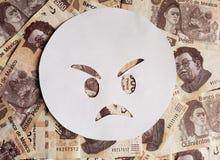 boze emoticon op wit en achtergrond met Mexicaanse bankbiljetten Royalty-vrije Stock Afbeelding