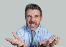 Boze en woedende zakenman in overhemd en en stropdas die woest op ondergeschikt bedrijf geïsoleerd op witte achtergrond berispen  stock foto's