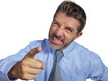 Boze en woedende zakenman in overhemd en en stropdas die woest op ondergeschikt bedrijf ge?soleerd op witte achtergrond berispen  royalty-vrije stock afbeelding