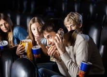 Boze Familie die de Mens bekijken die Mobilofoon binnen met behulp van royalty-vrije stock afbeeldingen