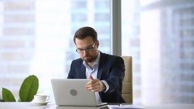 Boze gefrustreerde zakenman gek over het virus van het computerprobleem op het werk stock videobeelden
